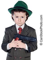 Ein reizender Junge, verkleidet als Gangster