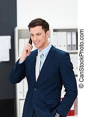 Ein stilvoller Geschäftsmann, der ein Handy anruft.