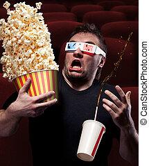 Ein verängstigter Mann, der 3D-Filme sieht.