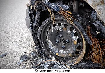 Ein verbranntes Auto
