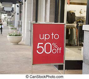 Ein Verkaufs-Schild vor dem Einkaufszentrum