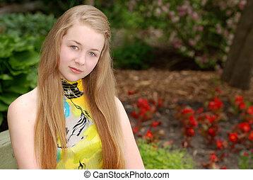 Ein weibliches Teenager-Porträt im Garten