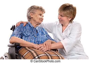 Eine ältere Frau im Rollstuhl