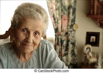 Eine ältere Frau mit hellen Augen