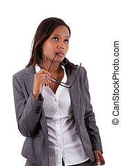 Eine aufmerksame afroamerikanische Geschäftsfrau