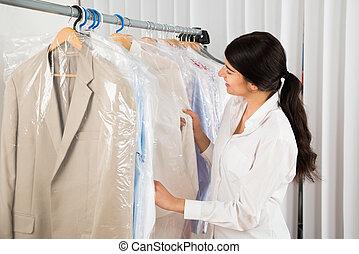 Eine Frau, die Kleider im Laden ansieht.