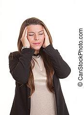 Eine Frau mit Stress-Kopfschmerz.