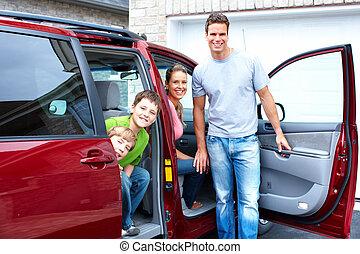 Eine glückliche Familie und ein Familienauto.