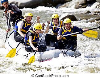 Eine Gruppe rudern auf dem Fluss