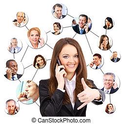 Eine Gruppe von Leuten, die am Telefon reden