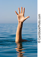 Eine Hand des Ertrinkenden im Meer, der um Hilfe bittet