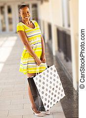 Eine junge Afrikanerin im Einkaufszentrum