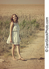 Eine junge Frau genießt ihre Schwangerschaft auf dem Land