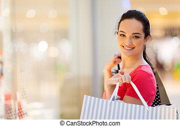 Eine junge Frau kauft im Einkaufszentrum ein