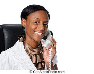 Eine junge Geschäftsfrau am Telefon