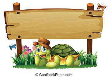 Eine lächelnde Schildkröte unter dem leeren Holzbrett.