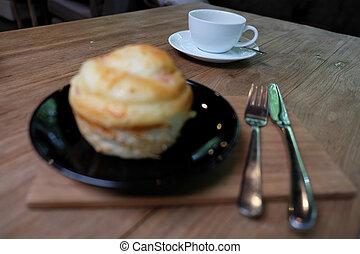 Eine Tasse Kaffee mit Brot am Morgen.