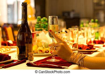 Elegante Frau mit einer Flöte Champagner.