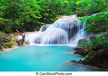 Erawan Wasserfall im tropischen Wald.