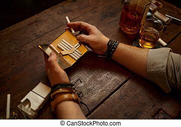 ernst, hält, zigarette, reisekoffer, mann