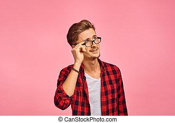 ernst, rosafarbener hintergrund, mann, gefühl, brille