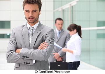 Ernste Führungskraft außerhalb des Bürogebäudes