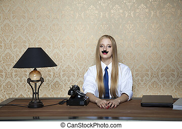 Ernste Geschäftsfrau hinter dem Schreibtisch.