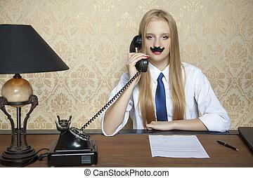 Ernste Geschäftsfrau und ein neuer Vertrag auf dem Schreibtisch.
