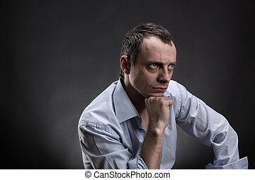 Ernster Mann denkt nach.