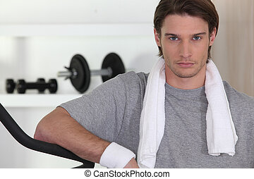 Ernster Mann im Fitnessstudio