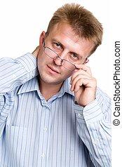Ernster Mann mit Brille