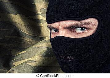 Ernster Mann mit einer Balaclava-Maske.