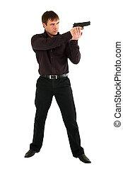 Ernster Mann mit einer Waffe