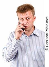 Ernster Mann mit Handy