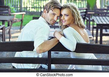 Erstaunliches Paar sitzt im Garten