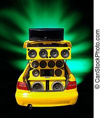 Extreme Bassisten in einem abgestimmten Auto