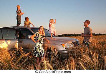Familie mit Kindern auf dem Geländewagen