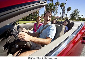 Familien fahren im Cabrio