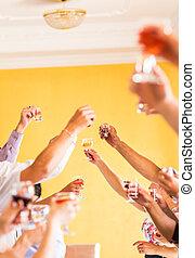 Feiern. Hände mit Champagner und Wein und Toast
