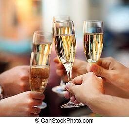 Feiern. Leute mit Champagner