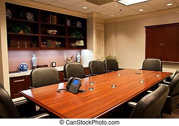 Formaler Konferenzraum mit IP-Telefon auf dem Tisch