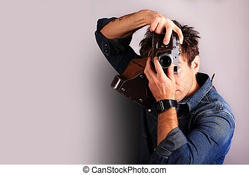 Fotograf mit Retrokamera.