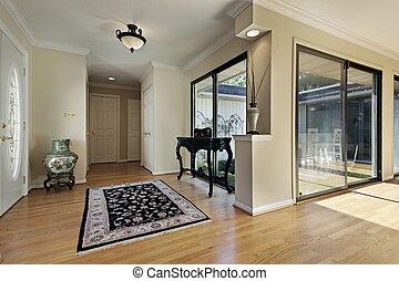 Foyer mit Türen zum Hof