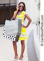 Fröhliche Afrikanerin im Einkaufszentrum