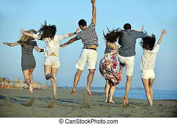 Fröhliche Jugendgruppe, viel Spaß am Strand