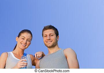 Fröhliches sportliches Paar