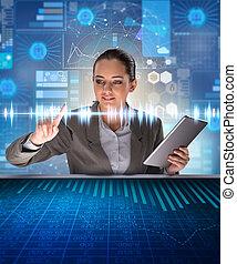Frau im futuristischen Data Mining Konzept.