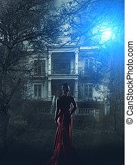 Frau in rotem Kleid im Geisterhaus.
