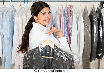 Frau mit Anzug im Laden.