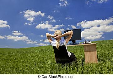 Frauen entspannen sich in einem grünen Büro